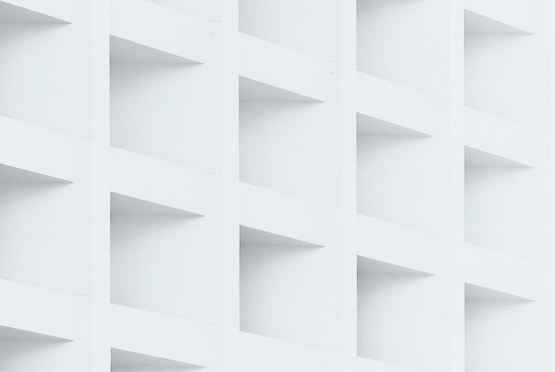 Diversas prateleiras brancas em forma de cubos. Foto por Bady QB.